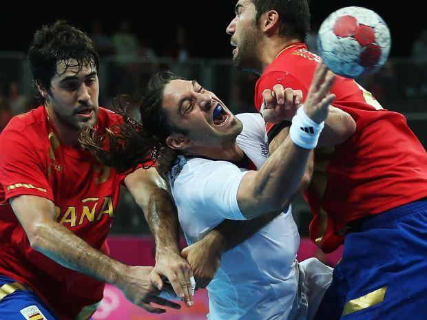 Reprezentacja Francji (w środku) broni złotego medalu z Pekinu (fot. Getty IMages)