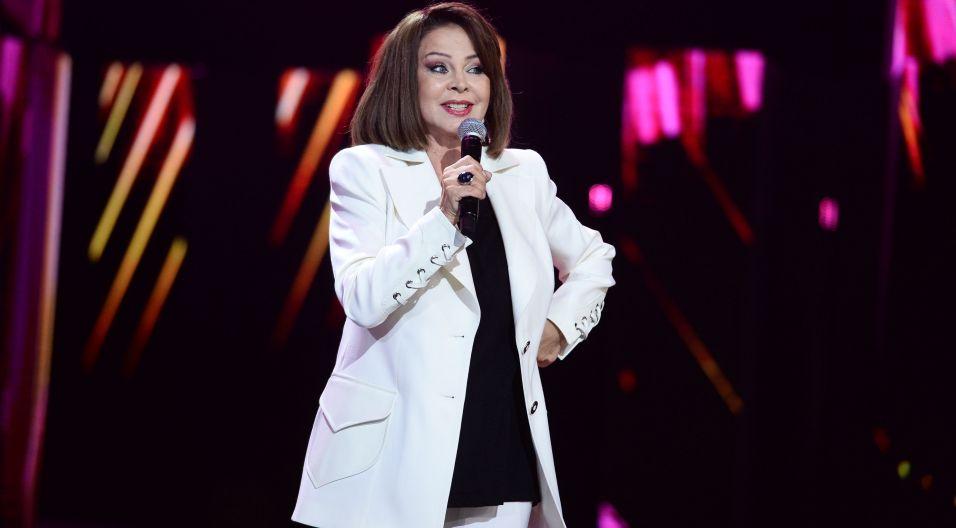 """Izabela Trojanowska na scenie czuła się niezwykle swobodnie wykonując utwór """"Skos"""". Głosami widzów artystka dotarła do finałowej trójki (fot. TVP)"""