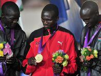 Stephen Kiprotich otrzymał złoty medal za zwycięstwo w maratonie (fot. PAP/EPA)