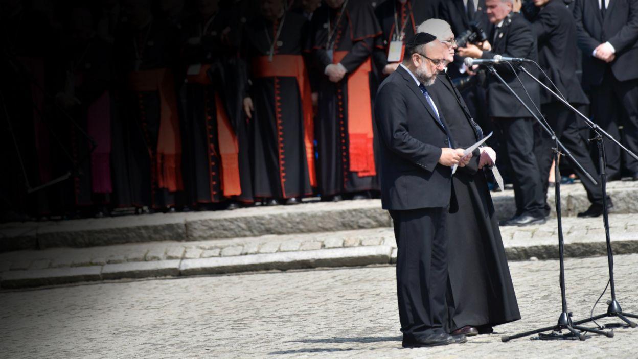 Naczelny rabin Polski Michael Schudrich odśpiewał po hebrajsku, a ks. Stanisław Ruszała odczytał po polsku, psalm 130  (fot.  Mariusz Süss/TVP3 Kraków)