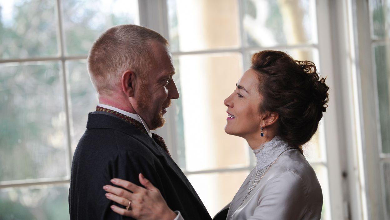 """Tytułowa """"Żabusia"""" to Helena Bartnicka, z pozoru przykładana żona i matka, potajemnie zdradza swego męża i nie opiekuje się córką (fot. N. Młudzik/TVP)"""