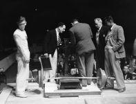 Oficjalne mierzenie sztangi po rekordzie świata ustanowionym przez Johna Davisa (fot. Getty Images)