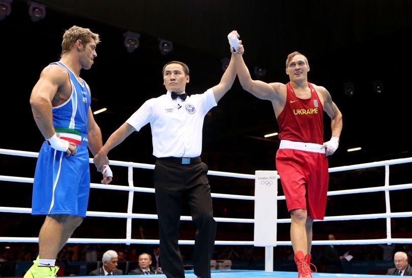 Sędzia ringowy ogłaszający wyniki finału (fot. Getty Images)