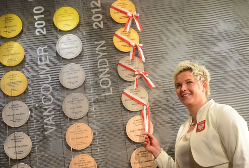 Anita Włodarczyk odsłania replkę swojego srebrnego medalu (fot. PAP/Bartłomiej Zborowski)