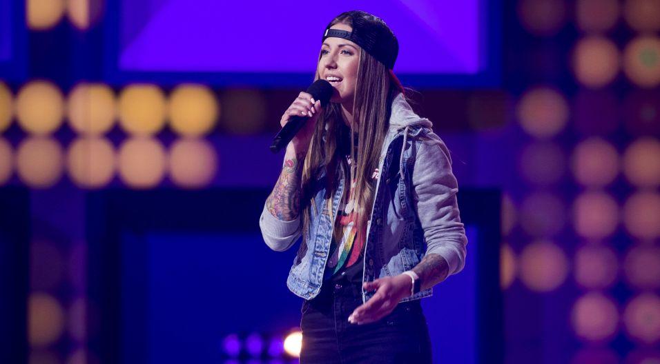 """Joanna Siwik, jako pierwsza uczestniczka programu, rozpoczęła rywalizację. Zaśpiewała piosenką """"Biegnij przed siebie"""" (fot. J. Bogacz/TVP)"""