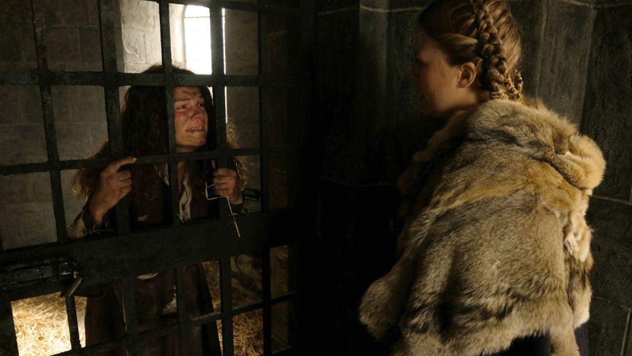 Gabija nie chce, aby Melę powieszono i odwiedza ją w więzieniu. Ta obwinia ją za swoje nieszczęście (fot. TVP)
