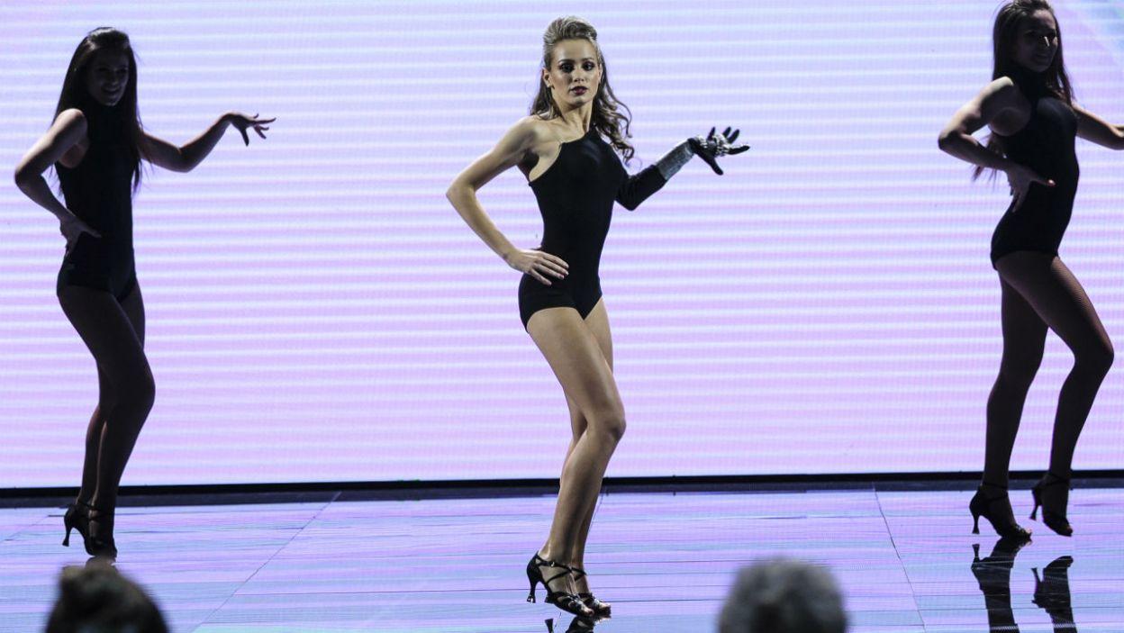"""Układ choreograficzny do utworu """"Single Ladies"""" jest zabawny, ale i skomplikowany. Wiktoria w roli Beyonce sprawdziła się znakomicie! (fot. TVP)"""