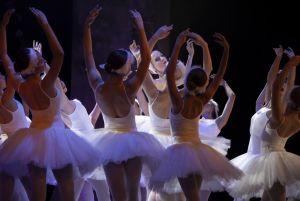 najslynniejszy-balet-czajkowskiego-jezioro-labedzie-zabiera-dzieci-do-basniowej-krainy-tanca-i-muzyki