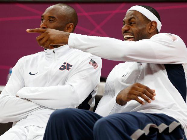 Kobe Bryant i LeBron James w świetnych humorach (fot. Getty)