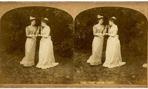 Branża potrzebowała klienta, nie tylko wiecznie angażujący się w wiojny i giącu mezczyźni. Lansowala więc palenie wśród kobiet (na zdjęciu koniec XIX wieku). Fot. The Print Collector / Print Collector / Getty Images