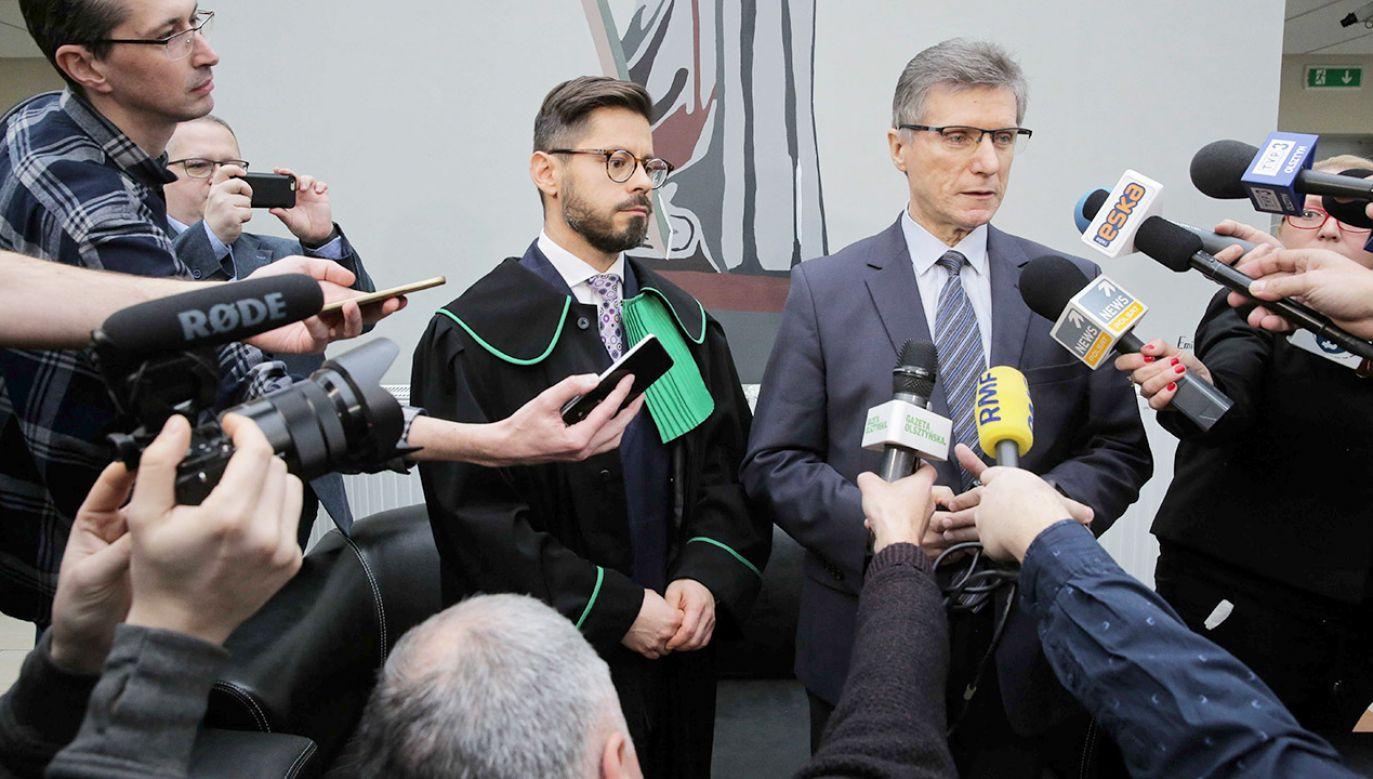 Były prezydent Olsztyna Czesław Małkowski (L) i adwokat Marek Gawryluk (P) w Sądzie Okręgowym w Olsztynie (fot. PAP/Tomasz Waszczuk)