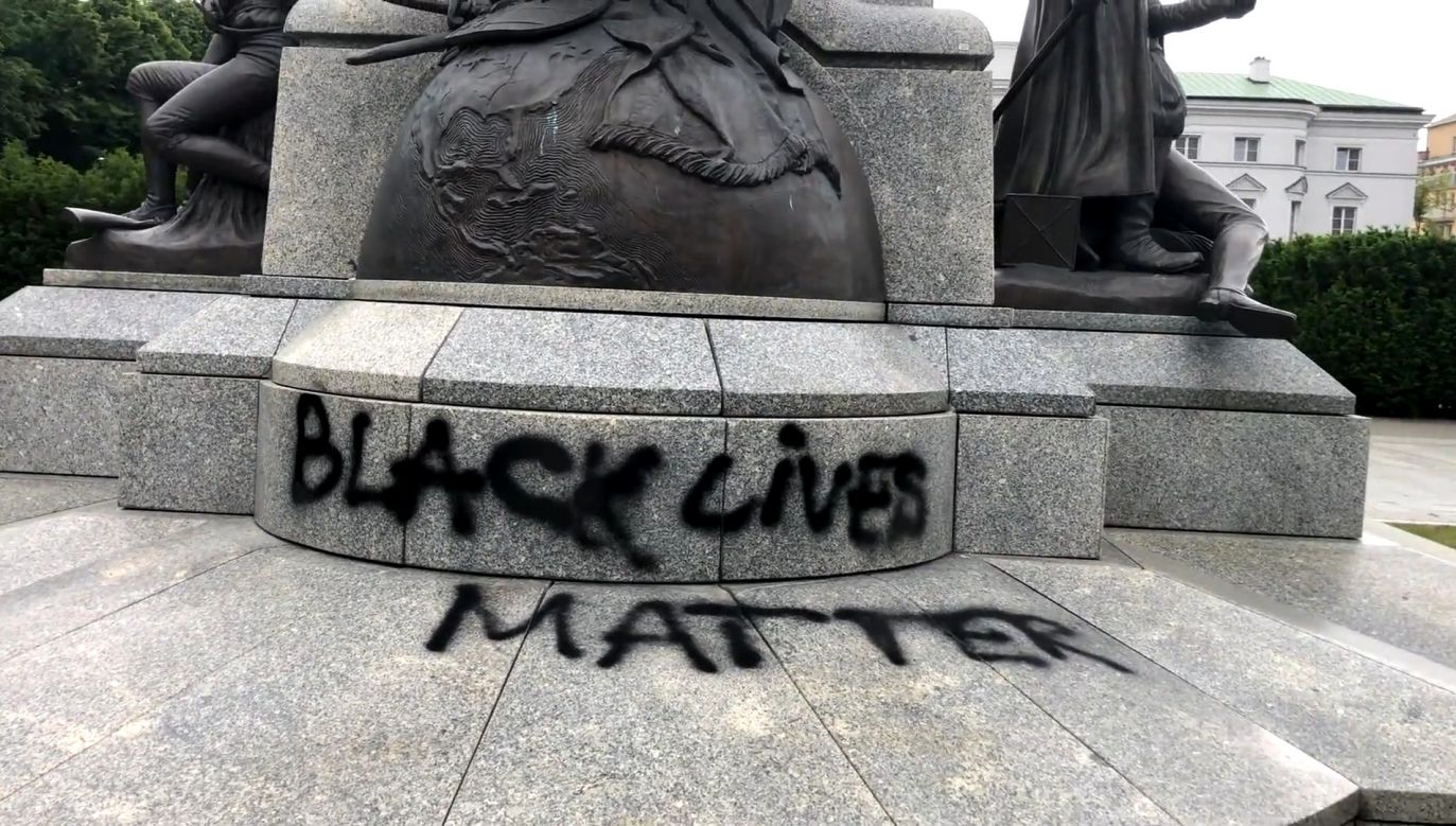 The spray-painted slogan on the monument. Photo: tvp.info