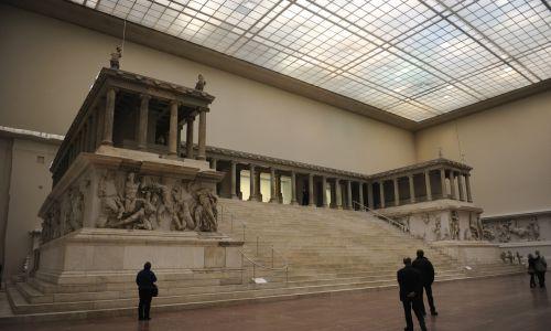 Ołtarz pergamoński, przedstawiający sceny z Gigantomachii, zbudowano w latach 180–160 p.n.e. w Pergamonie dla upamiętnienia zwycięstwa nad Galatami. Przez lata został zniszczony, a materiał wykorzystano przy budowie tzw. murów bizantyjskich. Elementy ołtarza odkryła kolejna ekipa Niemców - Carla Humanna - podczas wykopalisk w latach 1878-1880. Przewieziono je do Berlina i w latach 1911-1930 ołtarz zrekonstruowano. Jest eksponowany w Muzeum Pergamońskim. Fot. PHAS/Universal Images Group via Getty Images