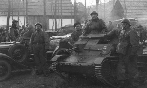 Żołnierze polscy z tankietkami i wozami wkraczają do Jurgowa. Fot. NAC
