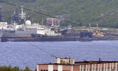 Holownik ratunkowy (z tyłu) i okręt podwodny przenoszący jądrową stację głębokowodną Projektu 10831 w bazie rosyjskiej Floty Północnej. Siewieromorsk, 3 lipca 2019. Fot. Lew Fedosejew /TASS via Getty Images