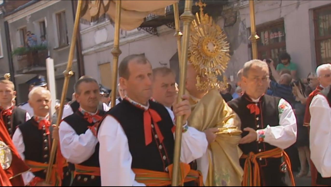Na obchody Bożego Ciała w Łowiczu przyjeżdżają osoby z całego województwa/fot. TVP3 Łódź