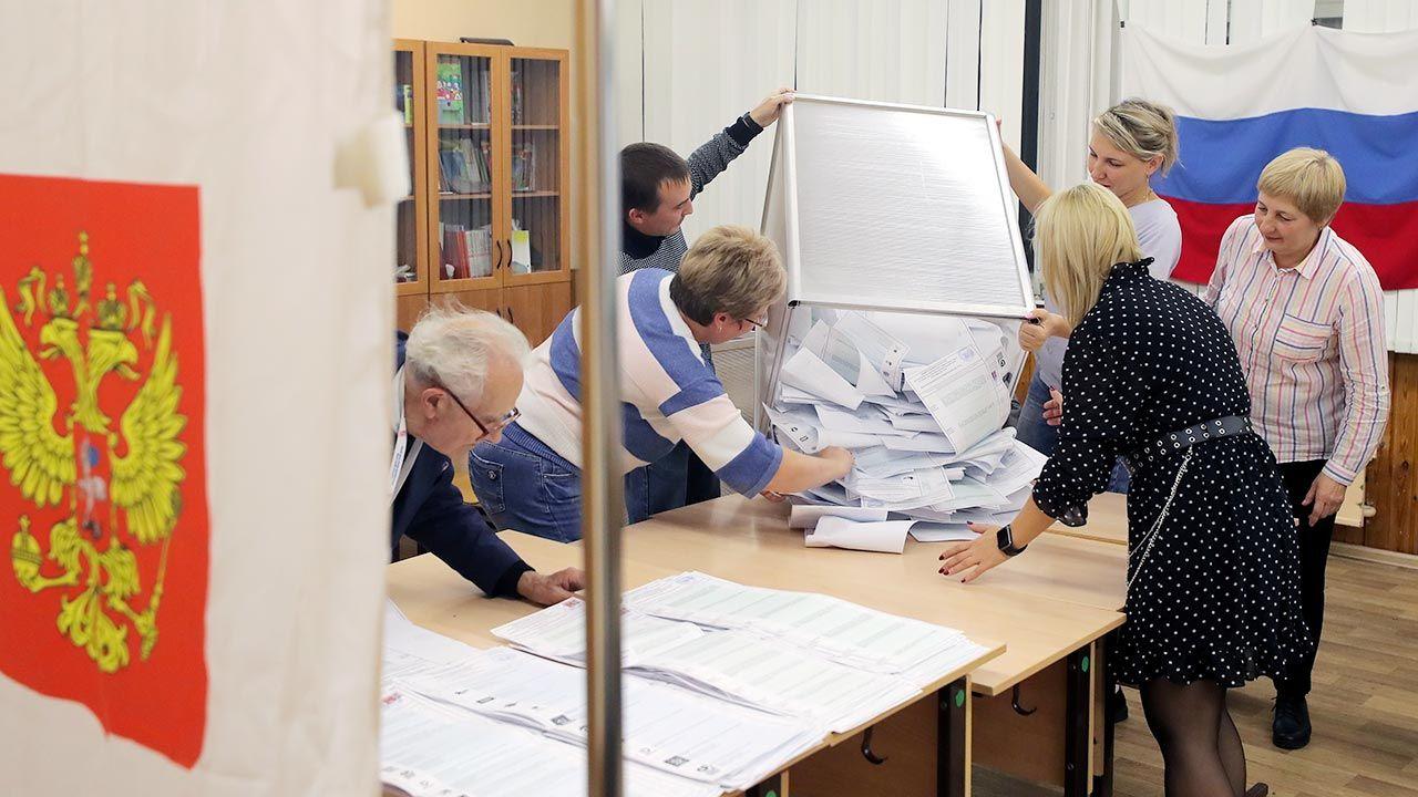 Podczas wyborów parlamentarnych w Rosji doszło do bezprecedensowej skali fałszerstw (fot. PAP/EPA/MAXIM SHIPENKOV)