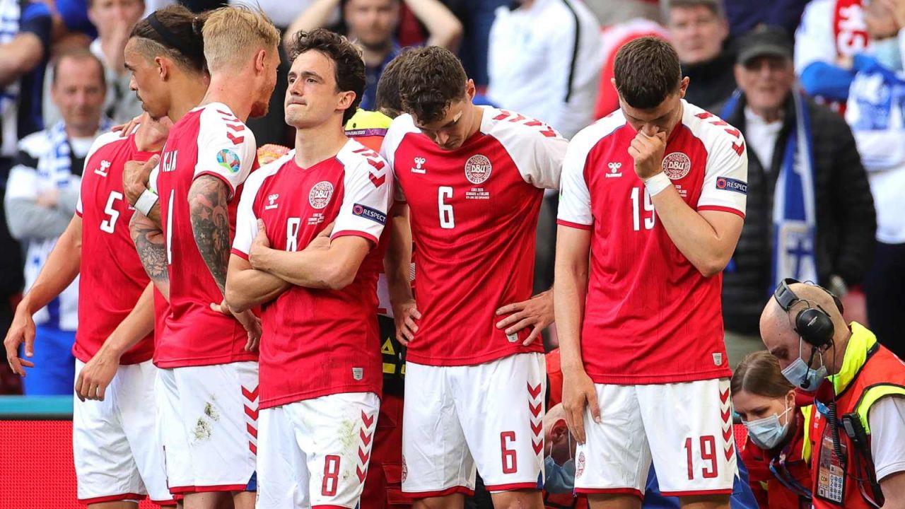Piłkarze reprezentacji Danii zasłonili moment reanimacji (fot. PAP/EPA)