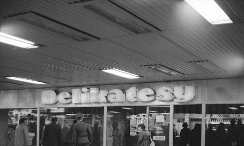 """Trzy dni przed uroczystym otwarciem Dworca Centralnego, w przejściu podziemnym swoje podwoje uruchomiły delikatesy, sklepy z napojami i słodyczami. """"Delikatesy będą czynne całą dobę, z przerwą od 23 do 1 w nocy na sprzątanie. Placówka prowadzi wszystkie tradycyjne działy z wyjątkiem alkoholowego"""" – pisał """"Express Wieczorny"""". Stan na 1976-10-12. Fot. NAC/Archiwum Grażyny Rutowskiej. Sygn. 40-W-146-5"""