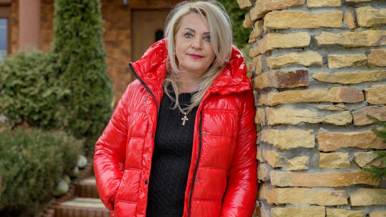 Elżbieta (56 l.) spróbowała życia na obczyźnie jednak postanowiła wrócić do domu rodzinnego. W życiu udało jej się wszystko, poza małżeństwem. Wie, czym jest miłość do dzieci i rodziny. Jest silną i niezależną kobietą. Od ponad dwudziestu lat zajmuje się uprawą truskawek  (fot. TVP)