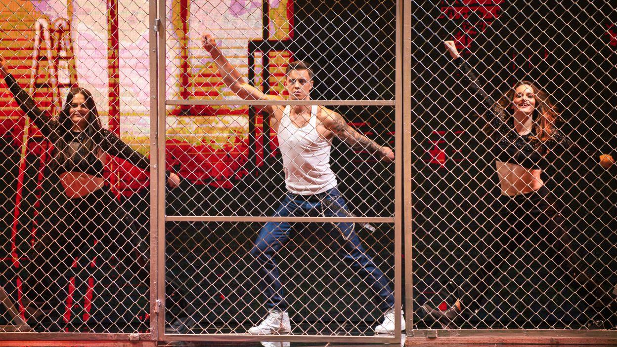 """Nadszedł jednak czas na taniec! Jako pierwszy na scenie wystąpił Rafał Jonkisz w choreografii do utworu """"Good Vibrations"""". Czy tą solówką zdobył serca jury? (fot. TV{/ W. Kompała)"""