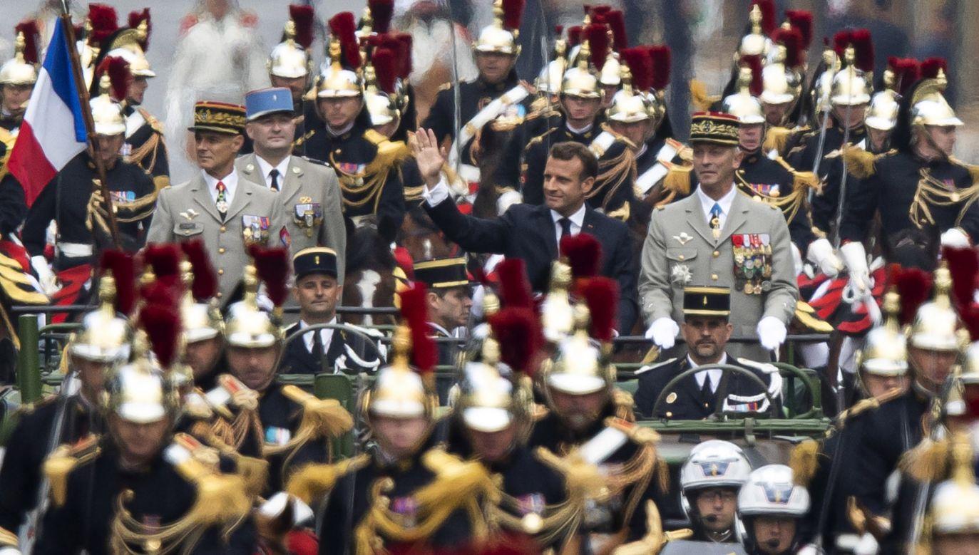 Prezydent Emmanuel Macron podczas parady wojskowej z okazji Dnia Bastylii (fot.  PAP/EPA/IAN LANGSDON)