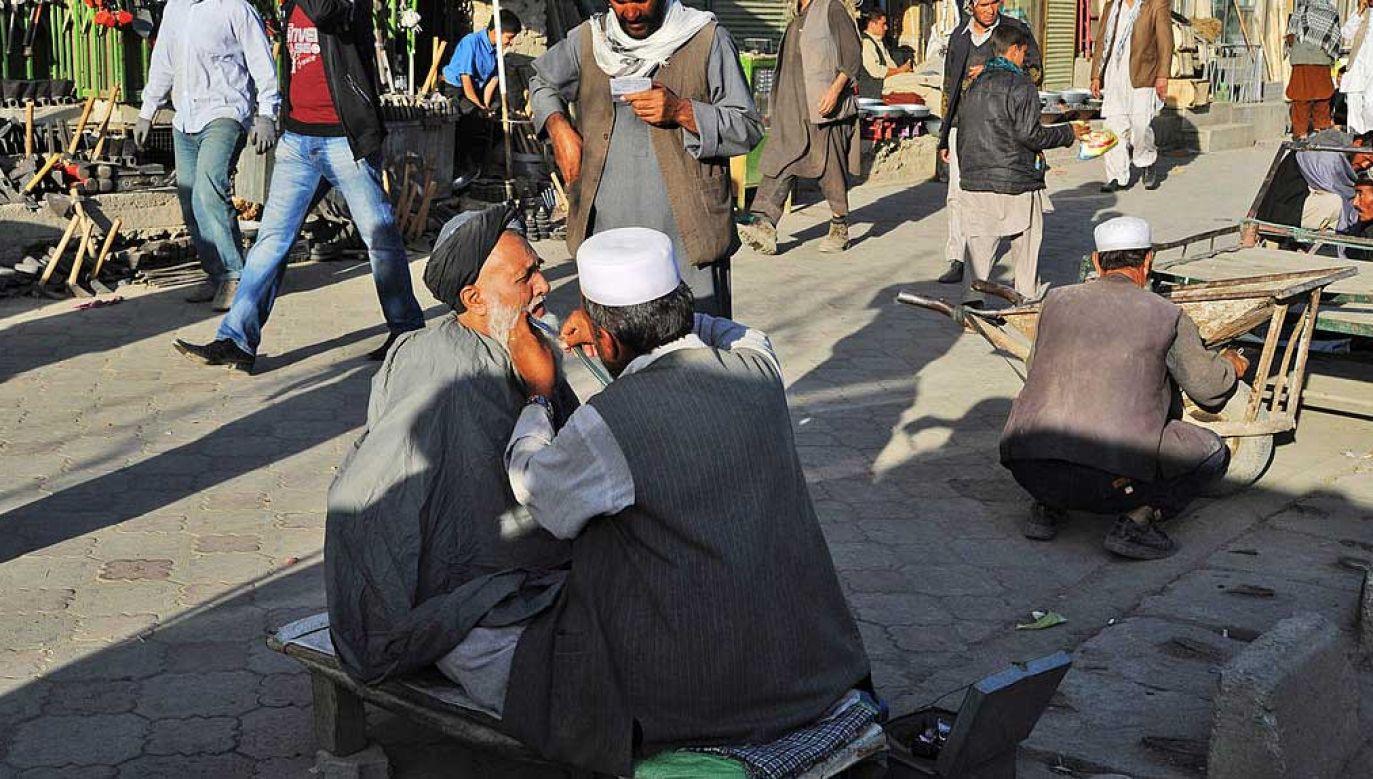 Usługi fryzjerskie na ulicy Kabulu, stolicy Afganistanu (fot. Kaveh Kazemi/Getty Images)