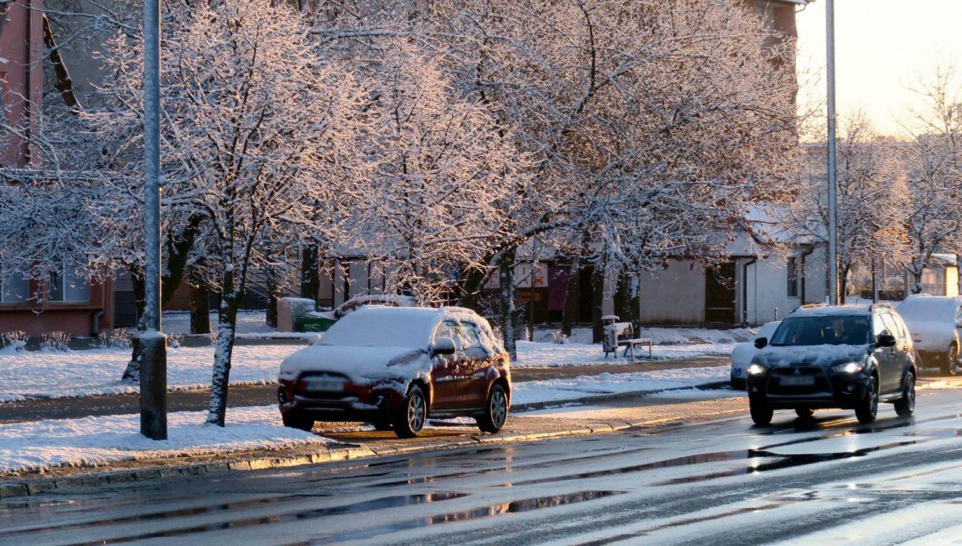 Kierowcy powinni liczyć się z oblodzeniami na drogach  (fot. PAP/Tomasz Waszczuk)