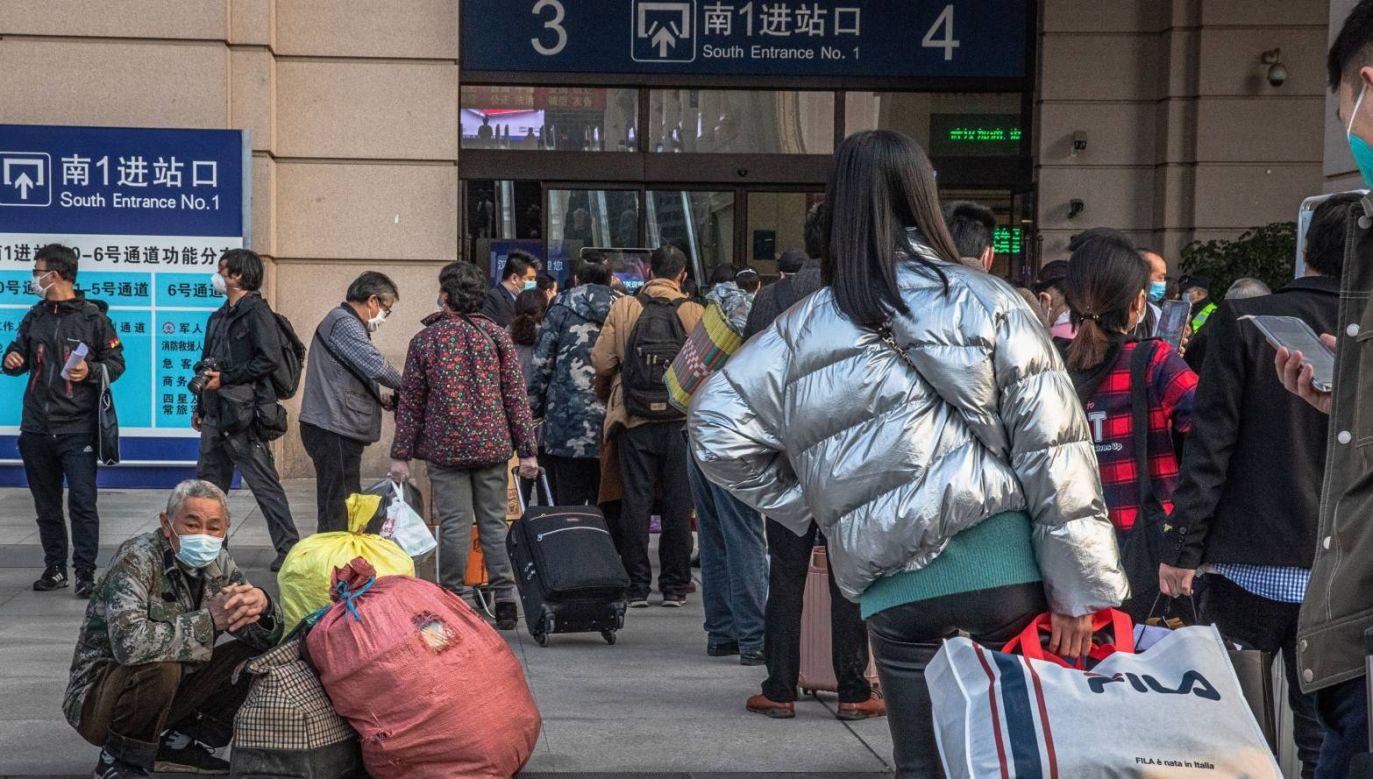 Osoby uwięzione w Wuhan podczas epidemii teraz tłumnie opuszczają miasto (fot. PAP/EPA/ROMAN PILIPEY)