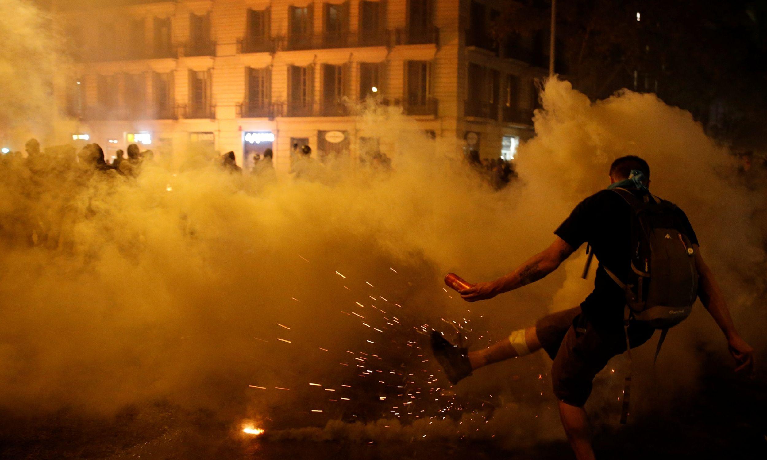 Hiszpanie twierdzą, że nocą na ulicach katalońskich miast z policją nie biła się wyłącznie przypadkowa młodzież. Fot. REUTERS/Rafael Marchante