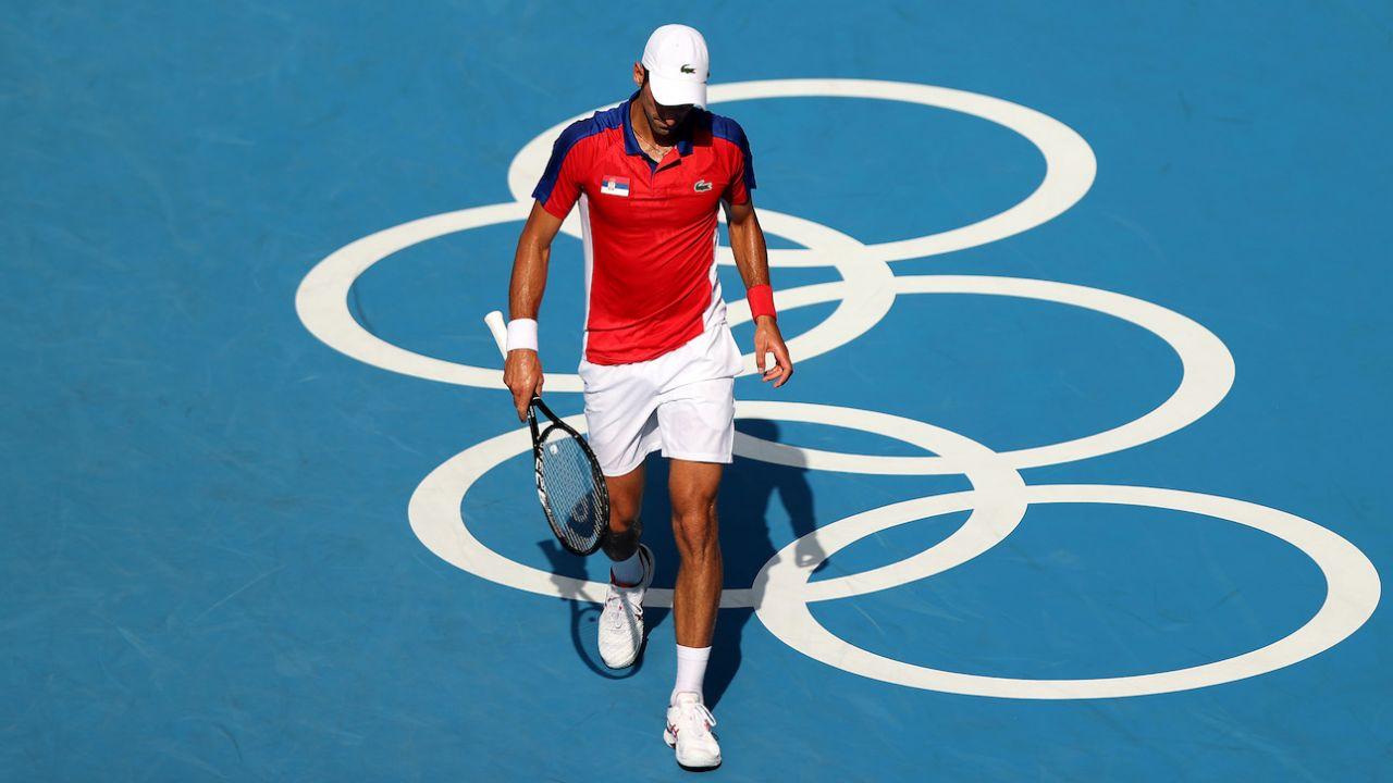 Novak Djoković kończy turniej singlistów bez medalu (fot. Getty Images)
