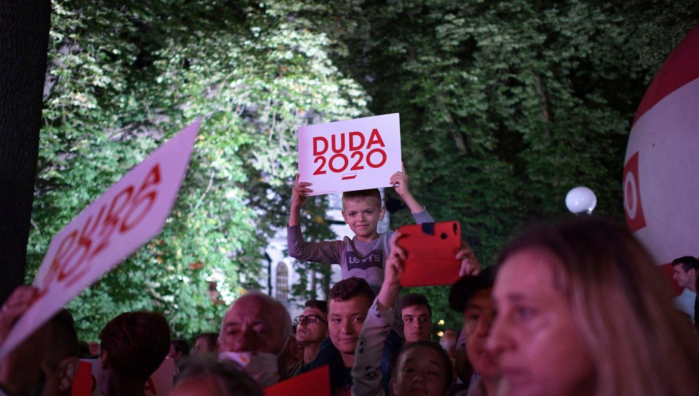 Mieszkańcy Końskich podczas spotkania z ubiegającym się o reelekcję prezydentem RP Andrzejem Dudą (fot. PAP/Marcin Obara)