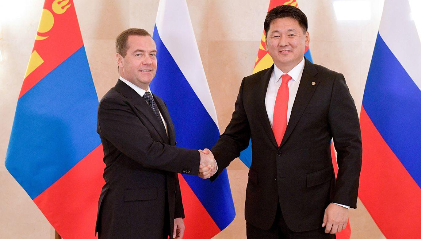 Premier Rosji Dmitrij Miedwiediew i szef rządu Monglii Uchnaagijn Churelsuch (fot. PAP/EPA/ALEXANDER ASTAFYEV / SPUTNIK / KREMLIN POOL)