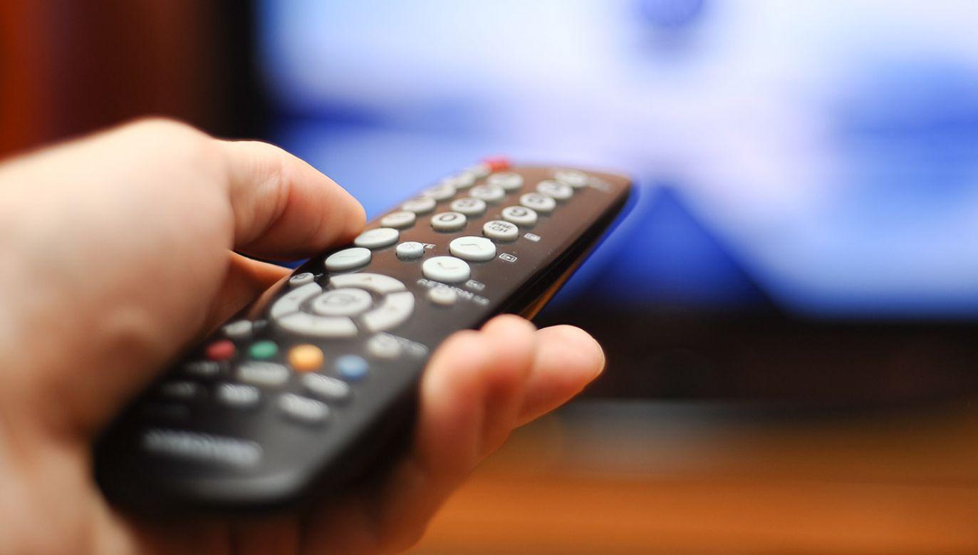 """Wirtualne Media informują, że """"w sierpniu 2019 roku wśród widzów oglądających tylko naziemną telewizję cyfrową najpopularniejszym kanałem była TVP1"""" (fot. Shutterstock/Concept Photo)"""