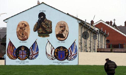 Mural Stowarzyszenia Obrony Ulsteru w dzielnicy Shankill w zachodnim Belfaście, 9 lutego 2005 r. W Irlandii Północnej zapanował  Impas w procesie pokojowym po tym, jak IRA stwierdziła, że wycofuje swoją warunkową deklarację rozbrojenia. Fot. Christopher Furlong / Getty Images