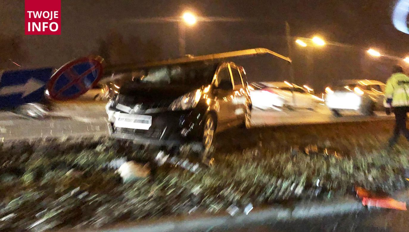 Nissan uderzył w latarnię, a ta spadła na nadjeżdżającego forda (fot. Twoje Info)