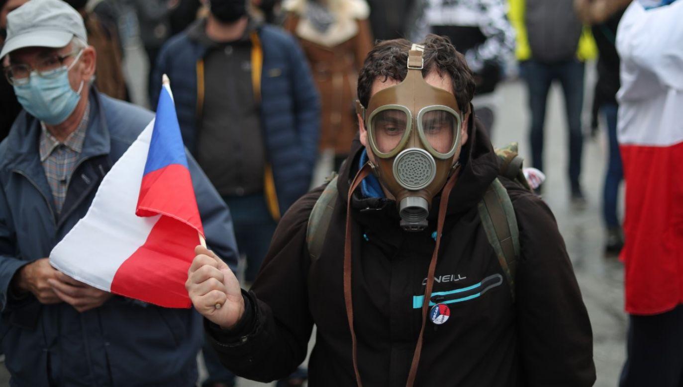 Protest przeciwko obostrzeniom epidemicznym w stolicy Czech, Pradze, 17 listopada 2020r. (fot. PAP/EPA/MARTIN DIVISEK)