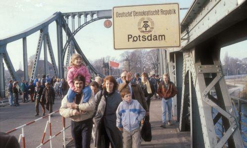 Listopad 1989. Mieszkańcy NRD przekraczają granicę na moście Glienicker. Fot. Bernd Wende/ullstein bild via Getty Images