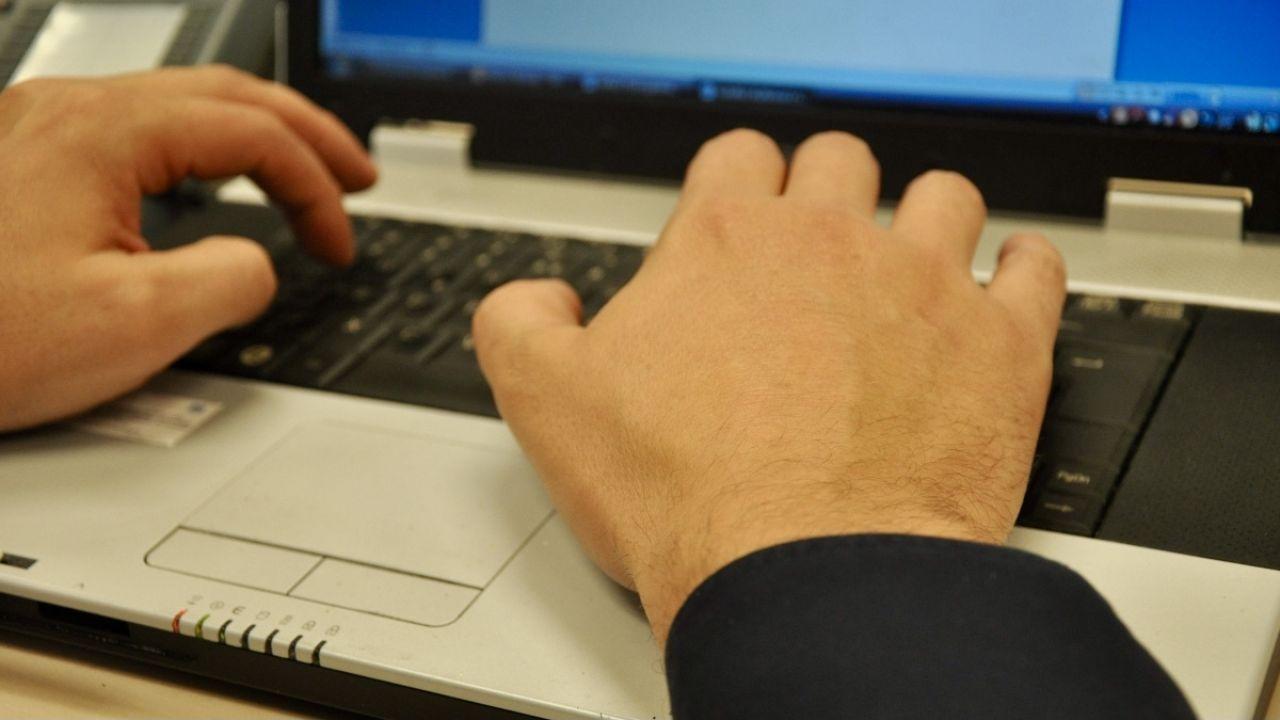 43–latek dał się oszukać mężczyźnie podającemu się za policjanta(fot. policja.pl, zdjęcie ilustracyjne)