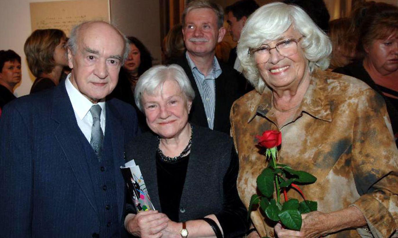 Rok 2005: w świetnej formie podczas wystawy poświęconej Kabaretowi Starszych Panów w towarzystwie Wiesława Michnikowskiego (TVP)
