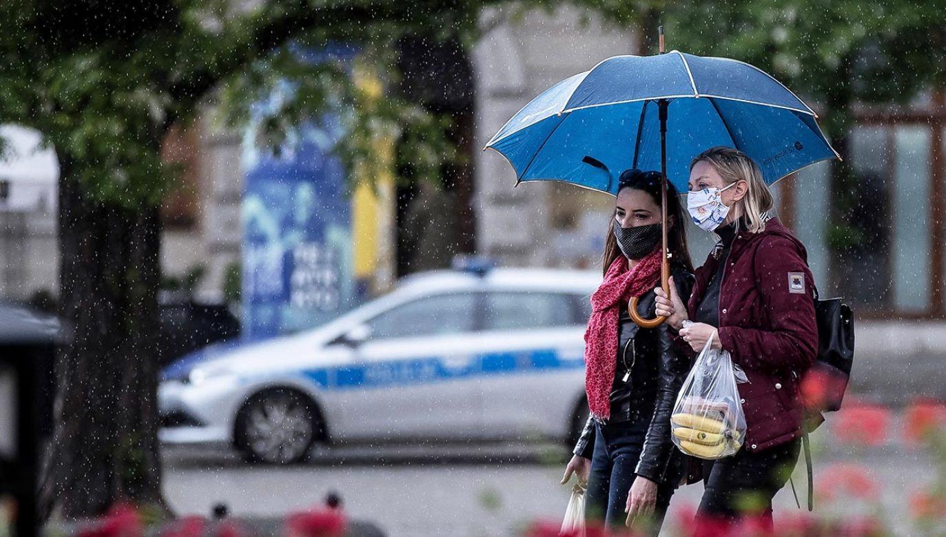 Instytut Meteorologii i Gospodarki Wodnej wydał w ostrzeżenia pierwszego stopnia przed silnym deszczem z burzami (fot. PAP/Łukasz Gągulski)