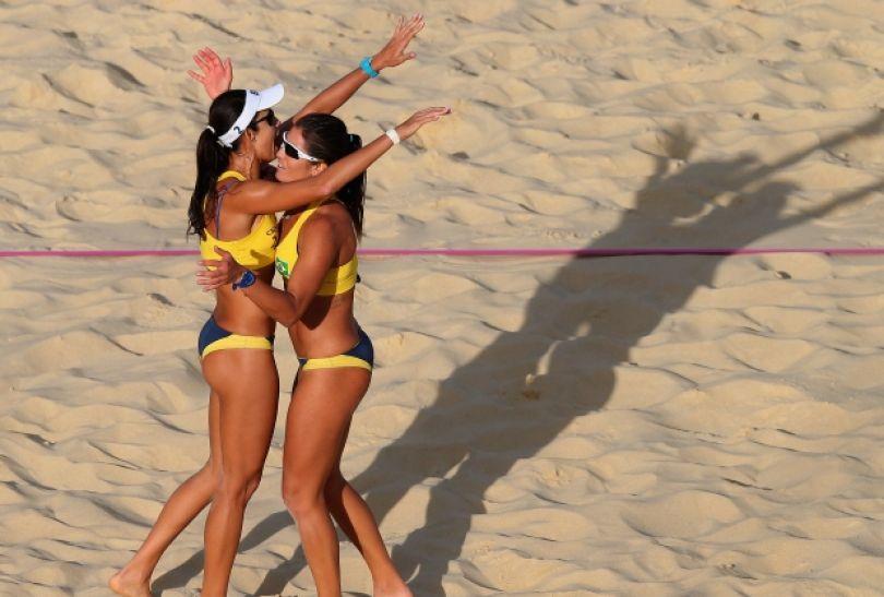 Maria Antonelli i Talita Rocha cieszą się z wygranej piłki (fot. Getty Images)