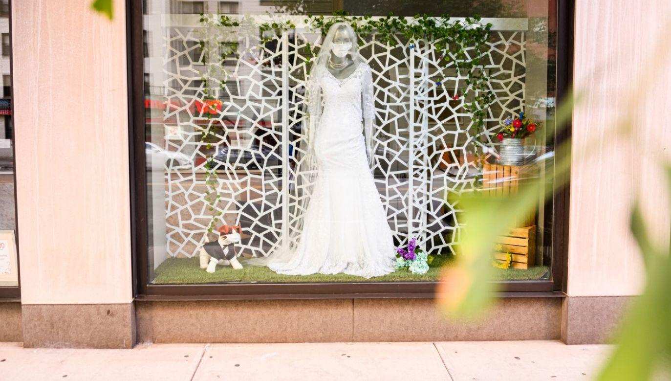 Suknia ślubna z modnym i wymaganym dodatkiem w postaci pasującej maseczki na witrynie nowojorskiego sklepu (fot. Noam Galai/Getty Images)