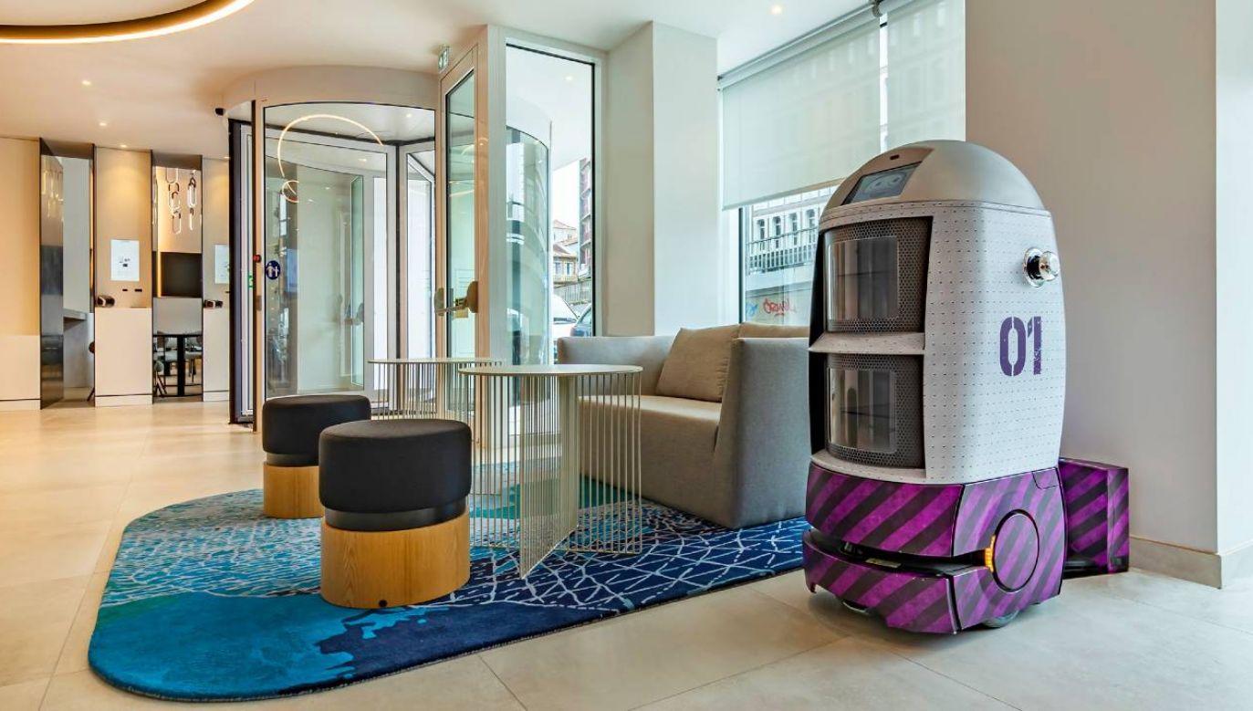 Roboty Yolinda i Yogiro obsługują klientów (fot. FB/Hotel Yotel)