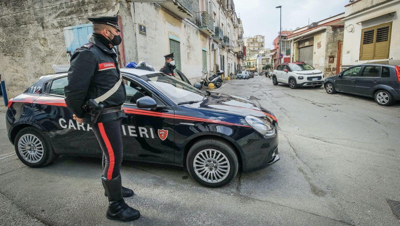 Włoskie służby szukają sprawcy zabójstwa w miejscowości Torre Annunziata (fot. PAP/EPA/CESARE ABBATE)