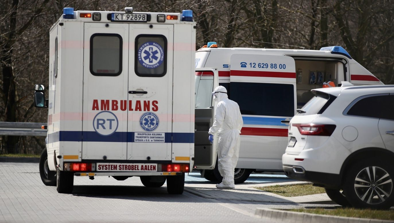Zabieg był prowadzony z udziałem dwóch chirurgów (fot. PAP/Łukasz Gągulski)
