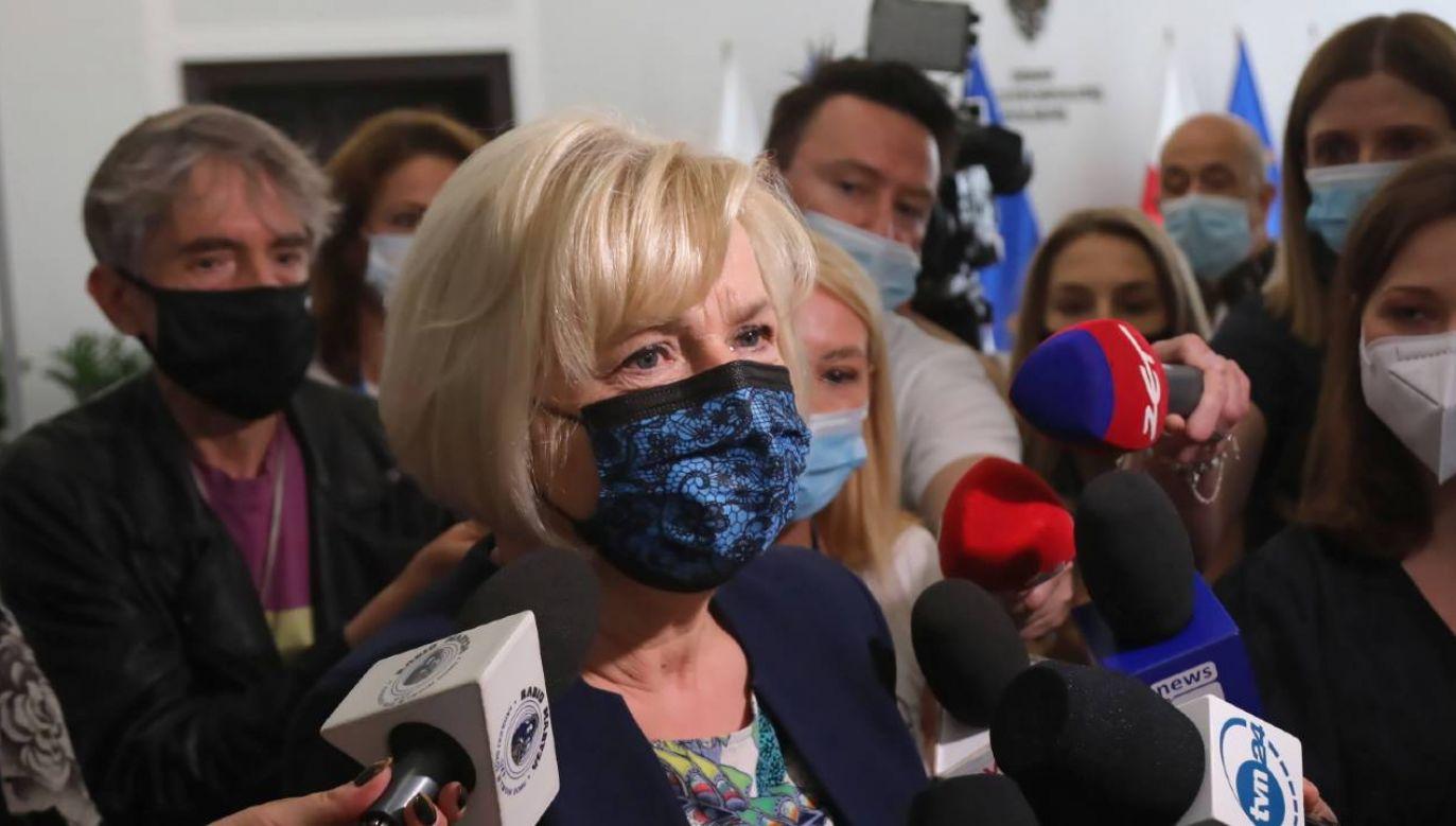Kandydatka PiS na stanowisko RPO, senator niezależna Lidia Staroń (C) w Senacie (fot. PAP/Wojciech Olkuśnik)