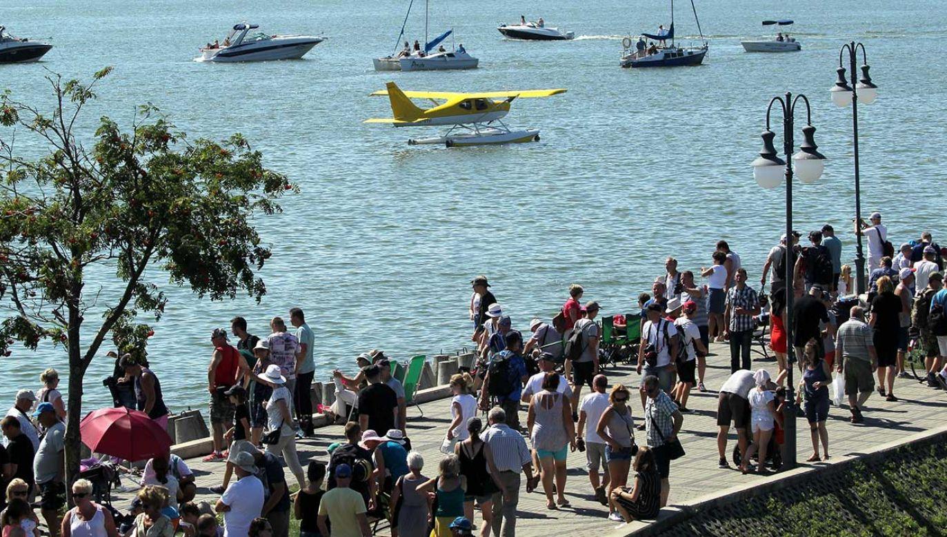 Popularnością wśród turystów cieszą się np. pokazy lotnicze Mazury Airshow, w Giżycku, nad taflą jeziora Niegocin (fot. arch.  PAP/Tomasz Waszczuk)