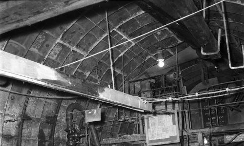 Robotnicy wychodzący prawdopodobnie z wnętrza kesonu – skrzyni stalowej lub żelbetowej o szczelnych ścianach i otwartym dnie, służącej do prowadzenia w niej prac hydrotechnicznych w gruntach nawodnionych lub pod poziomem wody. Fot. NAC/Archiwum Fotograficzne Zbyszka Siemaszki, sygnatura: 51-220-20