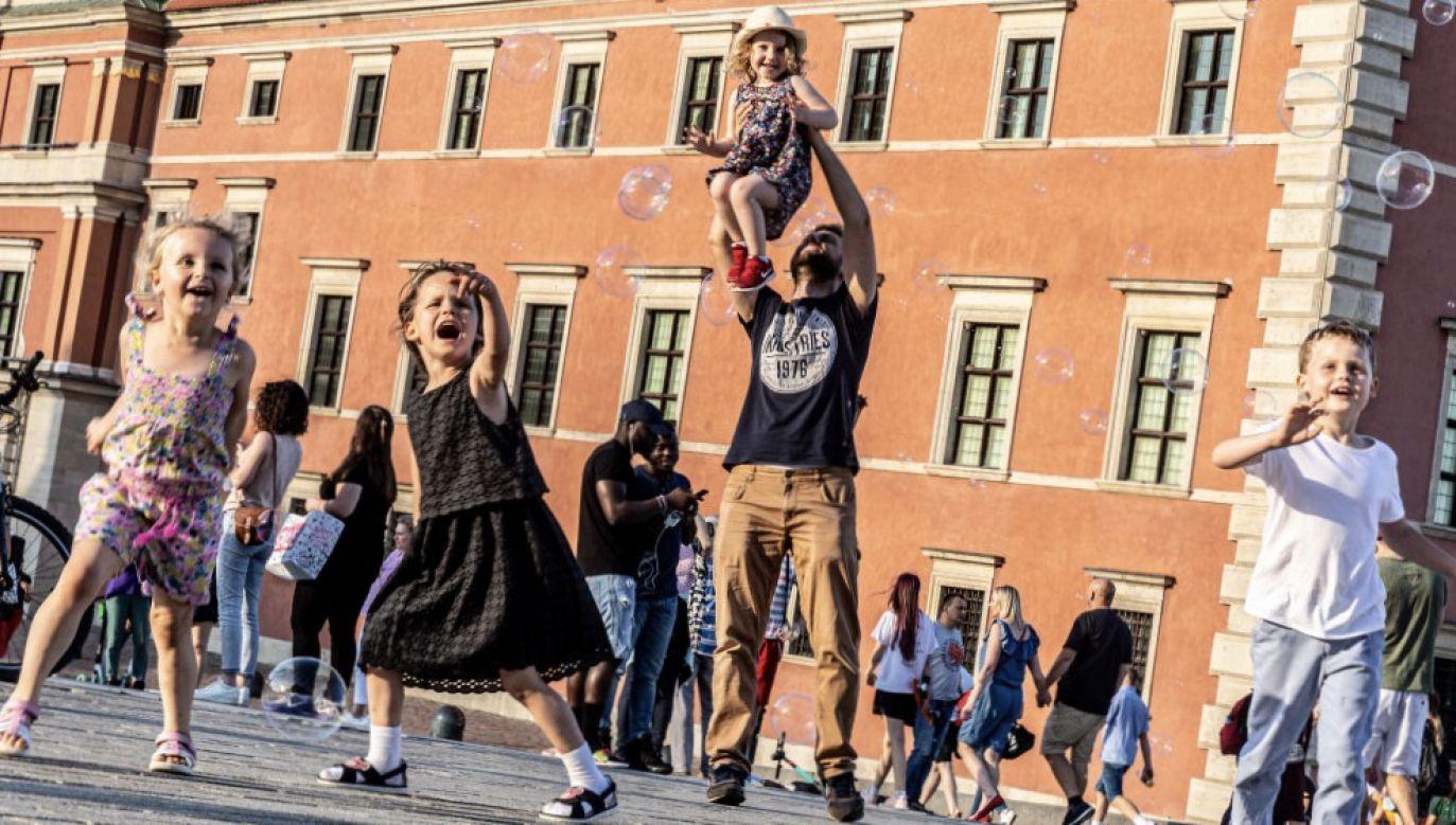 Z zasiłku skorzystają rodzice, którzy opiekują się dziećmi do lat ośmiu (fot. Dominika Zarzycka/NurPhoto via Getty Images)